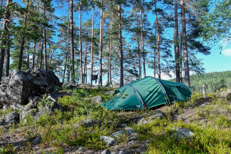 Campen ble satt på en av vannets mange øyer. I dette tremannsteltet fikk jeg og Pia god plass.